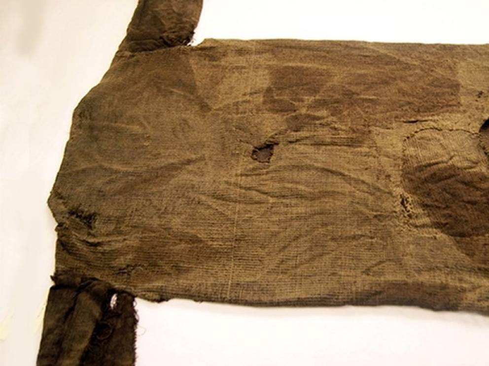 Свитер 1700 лет Самый старый свитер в мире принадлежал некоему моднику из Европы железного века. Скорее всего, такая одежда стоила очень дорого: прорехи неоднократно заштопаны и вещь, несмотря на возраст, находится в очень хорошем состоянии.