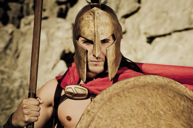 Смерть Спартанец, умерший от старости, не получал никаких наград и находил последнее пристанище в общей могиле. Только те, кто погибал в бою, получали собственную пядь земли под надгробие. Смерть в собственной постели считалась презренной даже для тех воинов, кто провел всю жизнь в схватках.