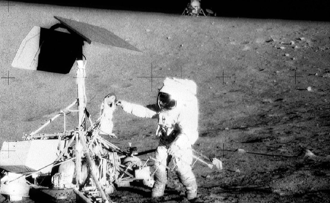 Давно известный секрет В конце концов, Эдварду Митчеллу удалось прорваться со своими разоблачениями на Fox News. В прямом эфире шестой человек на Луне заявил, что правительство США скрывает информацию о существовании пришельцев уже более полувека.