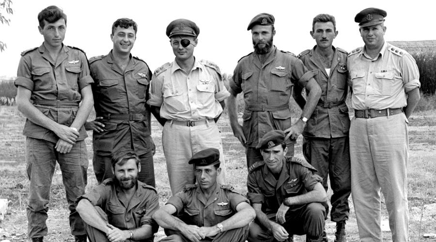 Операция «Энтеббе» Спецподразделение «Сайерет Маткаль» Дата: 4 июля 2008 годаПотери: 4 заложника, 1 коммандосПотери противника: 4 угонщика, 45 угандийских солдат В июне 1976 года палестинцы из Народного фронта освобождения Палестины (НФОП) угнали AirFrance Flight 139, следующий рейсом Тель-Авив — Париж. Террористы посадили лайнер в Уганде, находившейся под контролем знаменитого диктатора Иди Амин Дада. При поддержке войск Амина угонщики заперли заложников в терминале Энтеббе. Диктатор появлялся в аэропорту ежедневно, обещая пассажирам скорейшее освобождение. В конце концов боевики отпустили всех заложников, кроме евреев. Поняв, что дипломатия не приведет к разрешению конфликта, Израиль направил в Энтеббе бойцов Сайерет Маткаль. В результате штурма погибло трое заложников, а на пути из терминала к самолету группу атаковали угандийские солдаты, не разобравшиеся в ситуации. 45 угандийцев боя не пережили, со стороны Израиля погиб только лидер группы, Йони Нетаньяху.