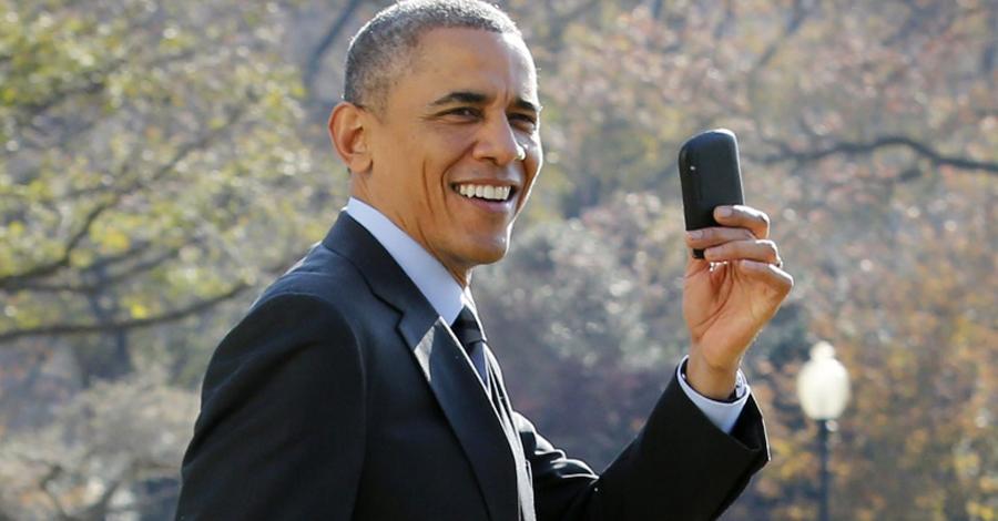 Устаревшая технология В мире беспилотных летательных аппаратов и прослушивания телефонных разговоров естественно предположить, что правительственные лидеры будут получать доступ к самым новейшим технологиям. Но вплоть до 2015 года Белый Дом оснащался реально раритетными штучками. Черно-белые принтеры, дискеты, телефоны старого образца. Почему? Всему виной бюрократическая волокита. Только в этом году прошел апдейт большая части помещений Белого Дома, но работы там еще хватает.