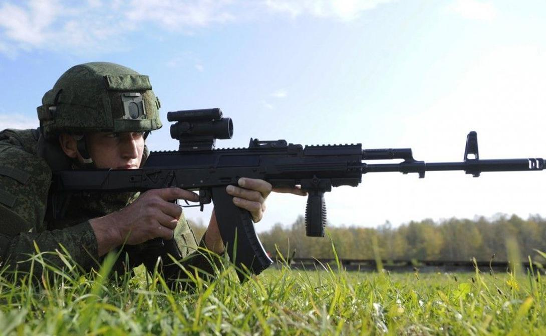 Планки Пикатинни Наконец, новый АК-12 оснащен планками Пикатинни, что позволяет установить на него навесное оборудование как российских, так и западных производителей. Тактические фонари, лазерные целеуказатели и даже модули, которые могут сочетать сразу несколько устройств.