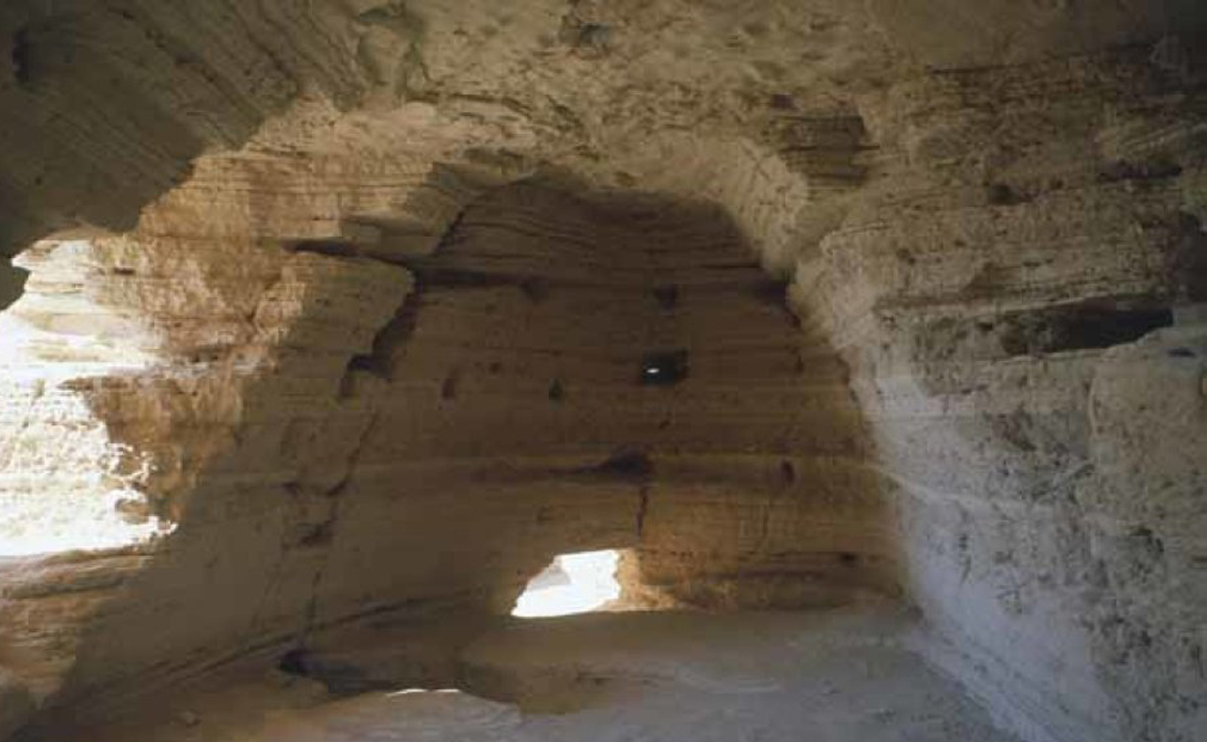 Свитки Мертвого моря В 1947 году два бедуинских пастуха наткнулись на глубокую пещеру в склоне холма. Здесь они обнаружили герметично запечатанные сосуды. Почерневший от времени папирус пастухи продали иерусалимскому антиквару — оказалось, что на них сохранилась древнейшие копии Библии.