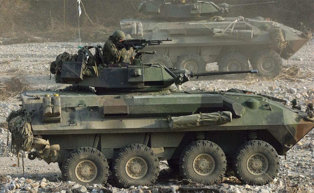 LAV-25 Вообще-то, легкобронированный автомобиль выпускает для американских морпехов Канада. По сути, LAV-25 представляет собой глубоко модернизированное шасси швейцарской наработки MOWAG Piranha I. Корпус машины предохраняет экипаж от пуль и осколочных гранат, а нарезная пушка калибром 25 миллиметров позволяет броневику выступать в качестве серьезной огневой поддержки пехоте.