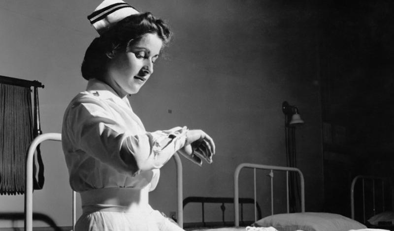 Чарльз Хёльфиг Психиатр Чарльз Хёльфиг любил проверять, насколько готовы люди подчиняться авторитетам. По его указанию медсестры в больнице вводили пациентам жидкость из склянок с надписью «Яд» (на самом деле, это была дистиллированная вода). Из 22 медсестер 21 беспрекословно выполнила указание старшего по званию, но самого экспериментатора из больницы выгнали с позором.