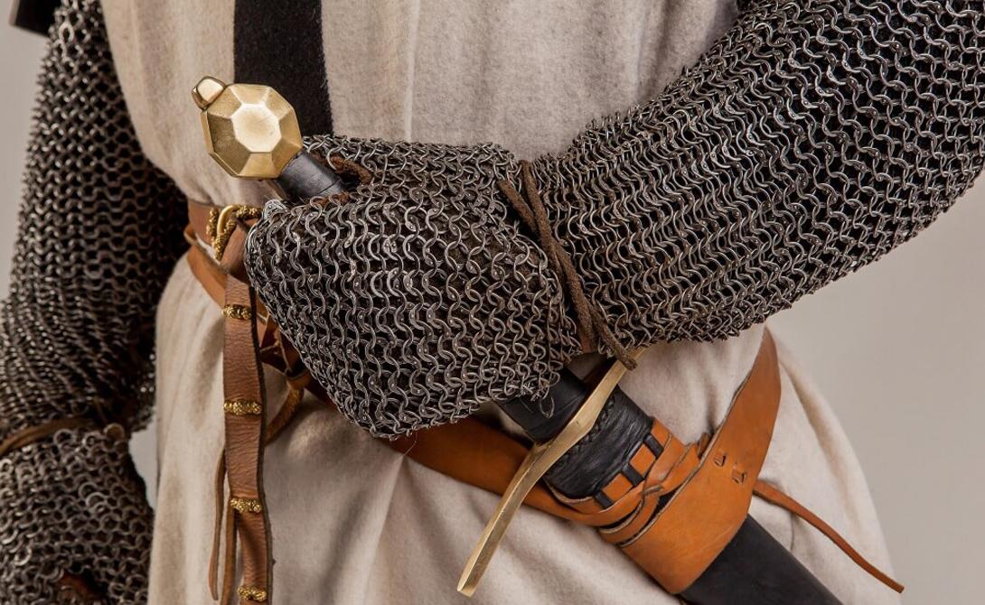 Романский меч Этот тип европейского меча был очень распространен в период позднего Средневековья. В Западной Европе им владели исключительно представители рыцарского сословия — ибо дорого и, честно говоря, не слишком-то функционально. «Романские» мечи использовались скорее в качестве вспомогательного оружия, однако являлись важнейшим отличительным признаком рыцарского статуса владельца.