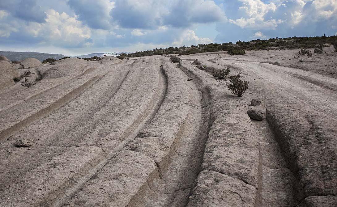 Фригийская долина Исследование Фригийской долины принесло археологам весьма неожиданные результаты. Дело в том, что по всей территории этой местности проходят необъяснимо глубокие, гигантские колеи. Возраст образований превышает 14 миллионов лет, они были созданы задолго до существования известных нам цивилизаций. Русский геолог, Александр Колтыпин, выдвигает версию существования некой пра-культуры, невероятно продвинутой в технологическом плане. Геометрически строгое расположение этих следов исключает версию естественного образования. Кроме того, похожие следы были обнаружены на Мальте: доисторический мегалитический памятник Мисрах Гар Ил-Кбир также остается одной из загадок современной истории.