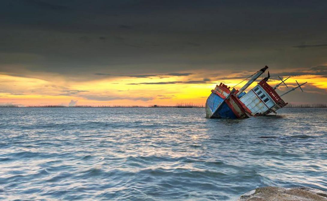 Мини-цунами Кроме того, если порыв ветра будет достаточно силен, он может ударить о поверхность океана и вызвать огромную волну, высотой до 40 метров. Команда Миллера повстречалась с одним такими гигантом в открытом океане — по счастью, волна прошла стороной. Это опасное приключение стало еще одним фактом, серьезно подтверждающим теорию исследователей о воздушных бомбах.