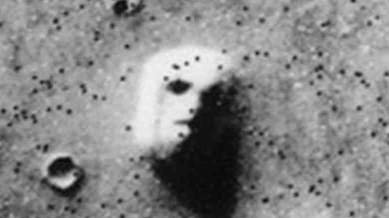 Лицо на Марсе Космический аппарат NASA сфотографировал нечто похожее на человеческое лицо, проявившееся на грунте Марса. Снимки с Viking облетели весь мир, а желтые таблоиды не преминули в очередной раз заявить о внеземных цивилизациях. По факту, изображение является всего лишь оптической иллюзией. Люди часто видят фигуры в облаках, лица на Луне: парейдолией называется способность мозга создать порядок из хаоса.