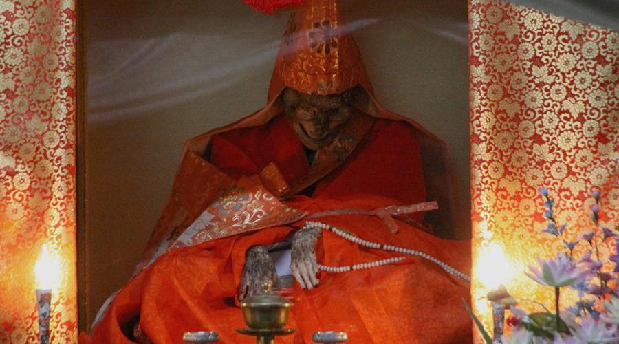 Живой бог Между 1081 и 1903 годами примерно 17 человек сумели сохранить свои тела таким образом. Наиболее известен — и, к тому же, выставлен на всеобщее обозрение — монах Шинниокай. Он вошел в состояние сокусимбуцу в 1783 году, когда ему было 93 года. Сейчас мумия монаха сидит под стеклом в коробке, у маленького храма в лесах Японии.