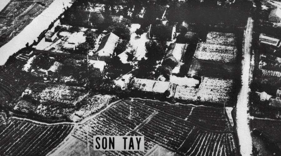 Операция «Берег Слоновой Кости» Спецподразделение «Зеленые береты» Дата: 20 ноября 1970 годаПотери спецназа: 2 человека, 2 вертолетаПотери противника: 42 человека Рейд коммандос на тюремный лагерь Сон Тау в Северном Вьетнаме считается одной из самых рискованных миссий в истории спецназа США. По имеющимся разведданным, в лагере содержались многие американские военнопленные, освобождение которых позволяло сдержать растущие антиправительственные настроения внутри страны. К сожалению, эта рискованная операция закончилась безрезультатно: заключенных перевели за день до начала рейда.