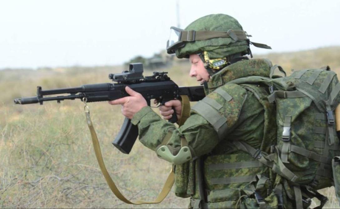 Кучность Ось канала ствола АК-12 реализована так же, как и у штурмовых винтовок М16 — на одной линии с прикладом. Благодаря уменьшению плеча отдачи и смещению массы затворной группы значительно повысилась кучность стрельбы. Соответственно, уменьшился и подброс ствола вверх. Теперь стрелок может контролировать оружие гораздо лучше, даже в режиме скоростной стрельбы.