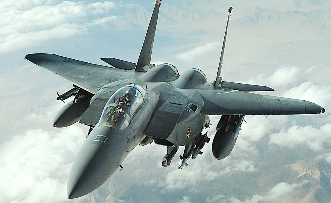 F-15E Strike Eagle Американский двухместный истребитель-бомбардировщик отлично показал себя в военных операциях на Ближнем востоке и Балканах. F-15E умеет быстро нанести удар по стратегически важным объектам и, что еще важнее, прекрасно умеет защитить себя от возможной атаки истребителей противника.