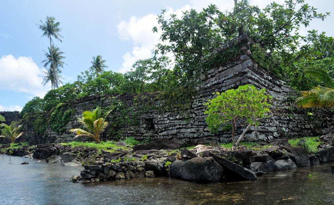 Нан-Мадол Затерянный город Нан-Мадол остался единственным памятником угасшей цивилизации древней Микронезии. Археологи не могут предоставить ни одной внятной теории, способной объяснить как туземное племя сумело выстроить столь сложные здания: гигантские плиты отдельных дворцов были привезены с соседних островов, но плоты того времени просто не смогли бы справиться с этой работой. Кроме того, непонятно и то, зачем племя вообще покинуло город, выстроенный с таким старанием. Местные легенды гласят, будто колдуны Нан-Мадола перестали приносить человеческие жертвы подводному богу острова и тот поднялся за своей кровавой данью сам.