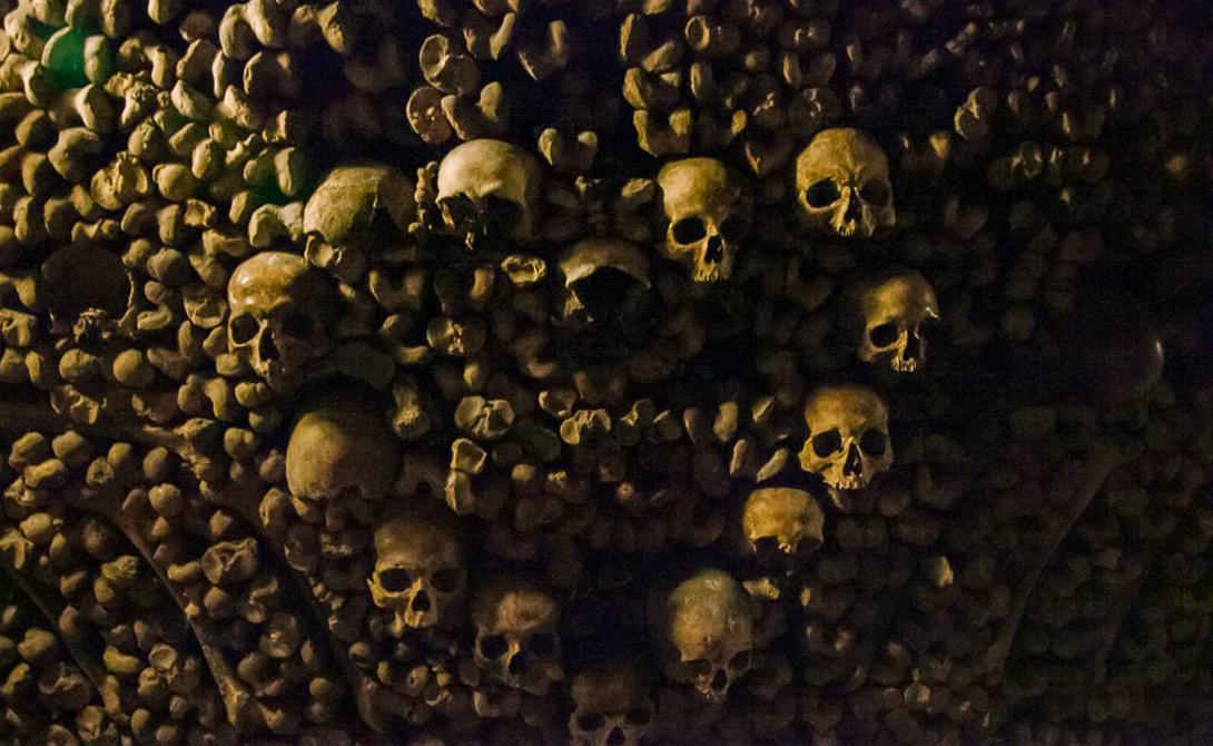 Катакомбы Парижа Франция Настоящая империя мертвецов. Парижские катакомбы считаются одним из самых больших и страшных подземелий мира. Общая протяженность катакомб превышает две сотни километров, а похоронено здесь более шести миллионов человек. Полиция каждую неделю проводит рейды по изведанным закоулкам, поскольку здесь очень часто теряются туристы, некоторых из которых не находят уже никогда.