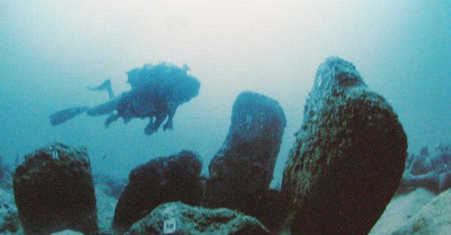 Атлит-Ям Хайфа Еще одна случайность помогла ученым обнаружить древний город Атлит-Ям Хайфа, расположенный в районе залива Атлита, неподалеку от Израиля. Группа дайверов занималась поиском затонувших кораблей и внезапно наткнулась на останки затонувшего полиса. Сейчас ученые предполагают, что Атлит-Ям Хайфа погубило внезапное цунами невиданной силы.