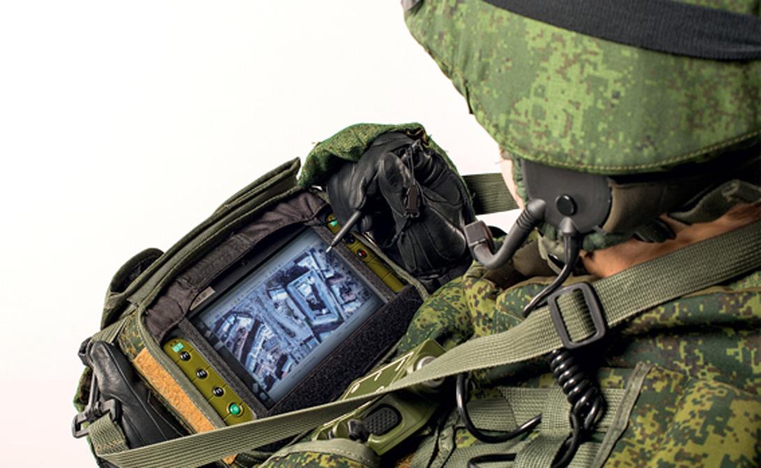 Стрелец Ключевой особенностью экипировки по праву можно назвать комплекс разведки, управления и связи (КРУС) «Стрелец». Это своеобразный модульный компьютер, который легко размещается в разгрузочном жилете. Здесь есть система спутниковой навигации, защищенный радиоканал и даже система дистанционного наведения артиллерии: солдату будет достаточно увидеть цель, а уж КРУС сам рассчитает ее координаты и скинет все данные командиру подразделения. На одном заряде аккумулятора комплекс «Стрелец» работает 12 часов, в то время как немецкий Gladius не способен продержаться больше 10.