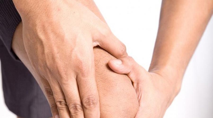 Работаем ноги Не пренебрегайте упражнениями на нижнюю часть тела в спортзале. Жим ногами в тренажере и сгибание ног позволяют тренировать четырехглавые и бедренные мышцы, не влияя негативно на колени. Постоянные тренировки создадут своеобразный мышечный корсет-поддержку, который будет снижать повседневную нагрузку на суставы.