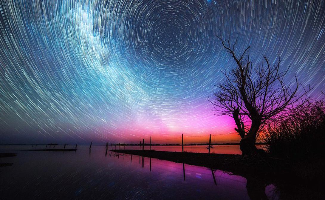 Недостижимая красота Представление разворачивается на недосягаемой высоте от 100 до 300 километров. Здесь преобладают зеленые и красные всполохи цветового спектра, но особенно «энергичные» частицы спускаются до 80 километров и тогда получается фиолетовый цвет.
