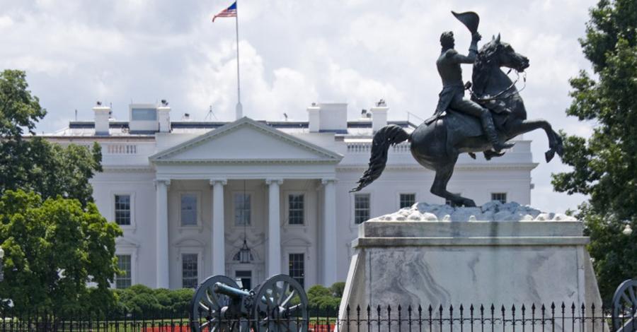 Оргия 61-летний Эндрю Джексон стал седьмым президентом 4 марта 1829 года. В честь этого он решил закатить масштабную вечеринку и открыл Белый дом для публики. Но президент не оценил возможностей пьяной толпы: за полночи от внутреннего убранства особняка остались лишь воспоминания, а самого Джексона охрана была вынуждена перевезти в отель.