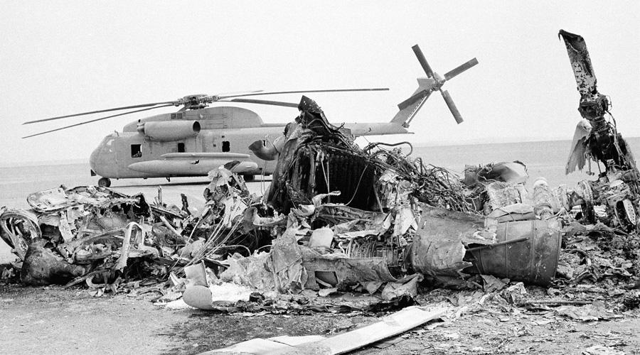 Операция «Орлиный коготь» Спецподразделение «Дельта» Дата: 24 апреля 1980 годаПотери: 8 коммандос, 5 вертолетовНи одного заложника не освобождено Эта катастрофическая попытка спасти американских заложников, удерживаемых иранцами в здании посольства в Тегеране, осталась самой большой ошибкой президента Картера. Провалы операции последовали с самого начала: из восьми вертолетов один рухнул в воду сразу после взлета с палубы авианосца, второй заблудился в пылевой бури и вынужденно вернулся на базу. Точкой высадки командование выбрало заброшенный британский аэродром, расположенный глубоко в пустыне. Разведка утверждала, что место глухое, но оказалось, что совсем рядом проходит оживленное шоссе — операция была демаскирована. При дозаправке одного из оставшихся вертолетов произошла авария. Он врезался в самолет-заправщик и в результате пожара погибло восемь человек. После этого командование свернуло операцию и экстренно эвакуировало бойцов с территории Ирана.