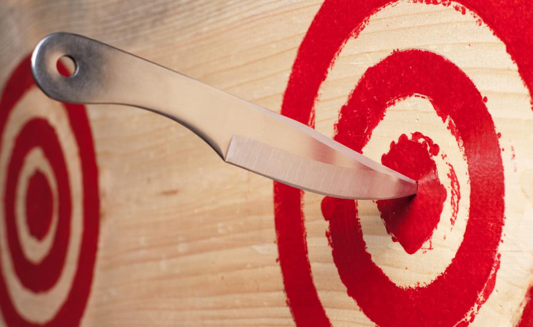 Нож с тяжелым лезвием нужно метать держа за лезвие. Если перевешивает рукоять — метайте за рукоять.