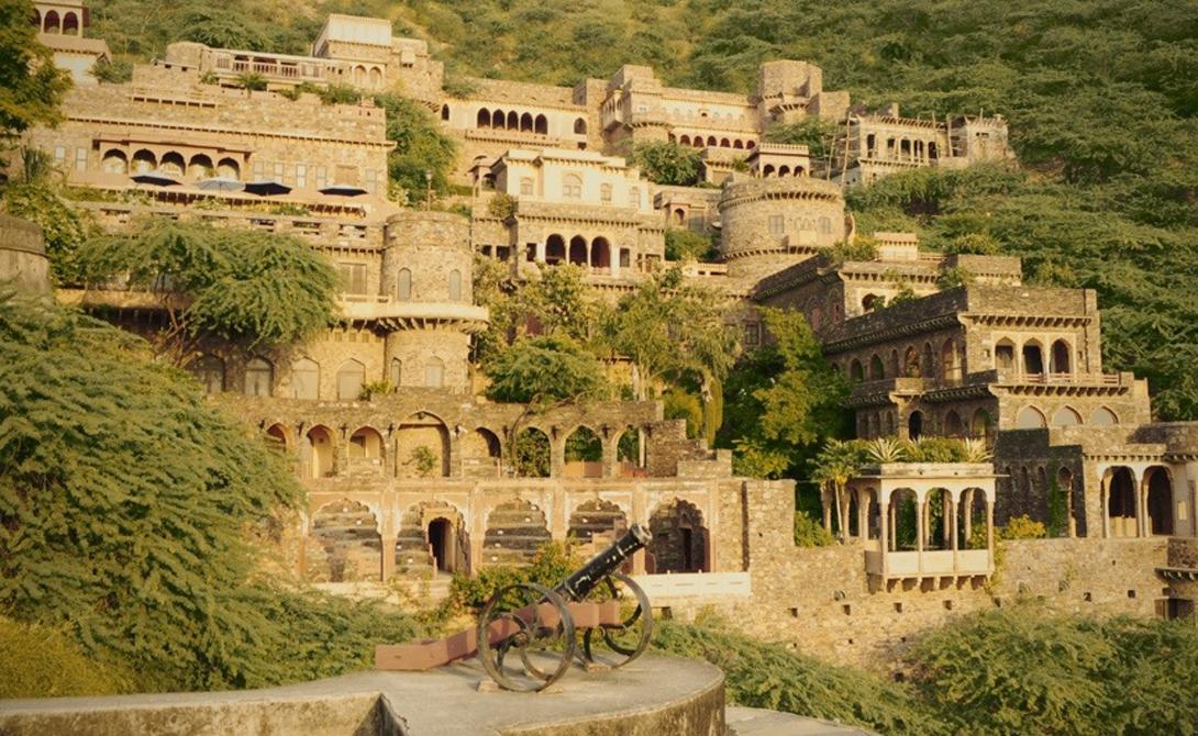 Форт Бхангар Останки города расположены на пути из Дели в Джайпур. Местные жители обходят древние стены форта далеко стороной: считается, что его создала древняя цивилизация, которой коснулось проклятие святого отшельника. Поразительно, но в существование призраков верят даже индийские археологи — досконально форт Бхангар не исследован до сих пор.