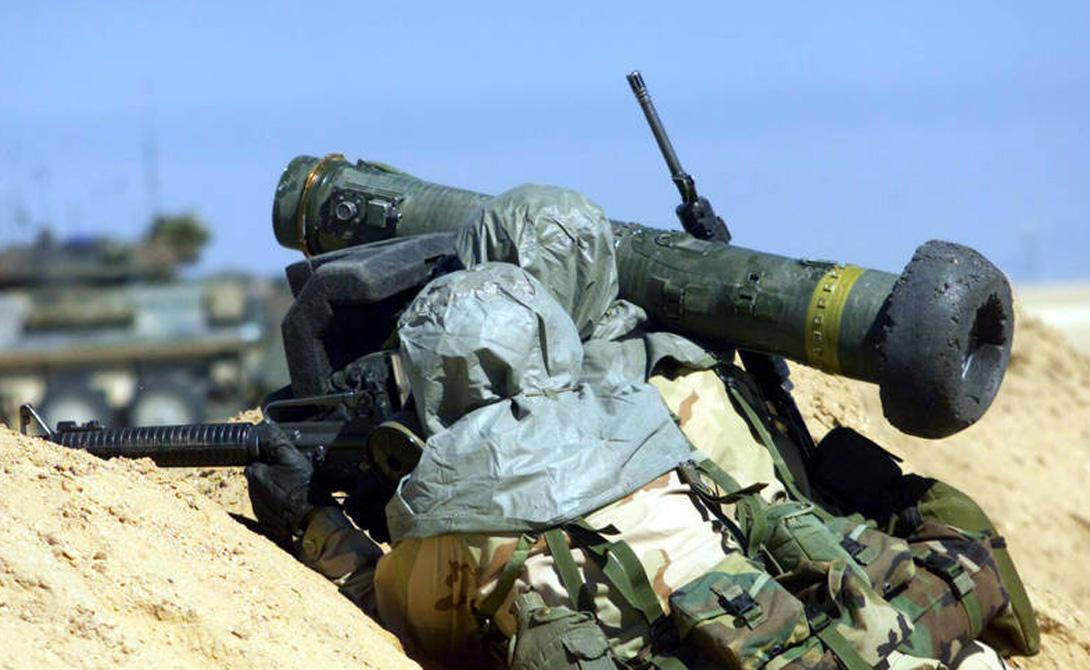 Режимы атаки и скорость У комплекса есть два режима атаки. Атака сверху предпочтительна, поскольку почти вся тяжелая техника менее всего защищена именно в верхней части. Прямая атака позволяет оператору поразить боковую проекцию цели. Подготовленный солдат способен выпустить три ракеты всего за пару минут. Потенциально, все три выстрела будут результативны: один-единственный солдат с Джавелином вполне может уничтожить целых три танка — тандемная кумулятивная боеголовка не по зубам никакой существующей на сегодняшний день бронетехнике.