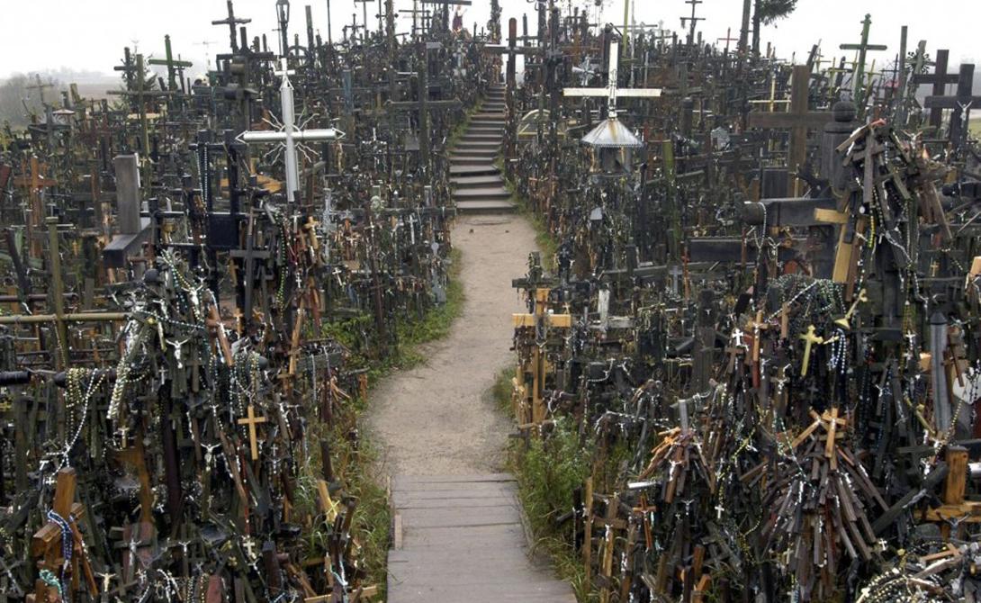 Гора Крестов Литва В 12 километрах к северу от литовского города Шяуляй стоит величественная Гора Крестов. Это уникальное место католического паломничества, примечательное невероятным количеством религиозных памятников. Кресты, распятия, гигантские статуи Девы Марии — считается, что на холме возведено более 250 000 монументов.