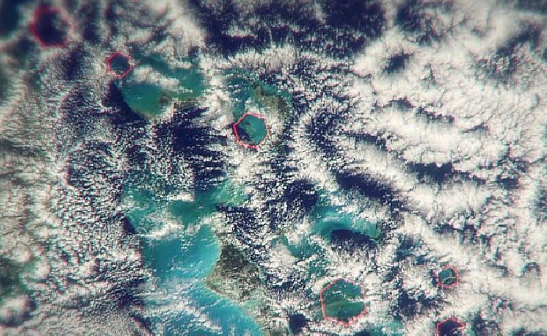 Помощь свыше На мысль искать воздушную аномалию Стива Миллера натолкнул тщательный анализ спутниковых снимков местности. Современная оптика позволила сделать максимальное увеличение — метеоролог разглядел над аномальной зоной странные облака строгой шестиугольной формы.