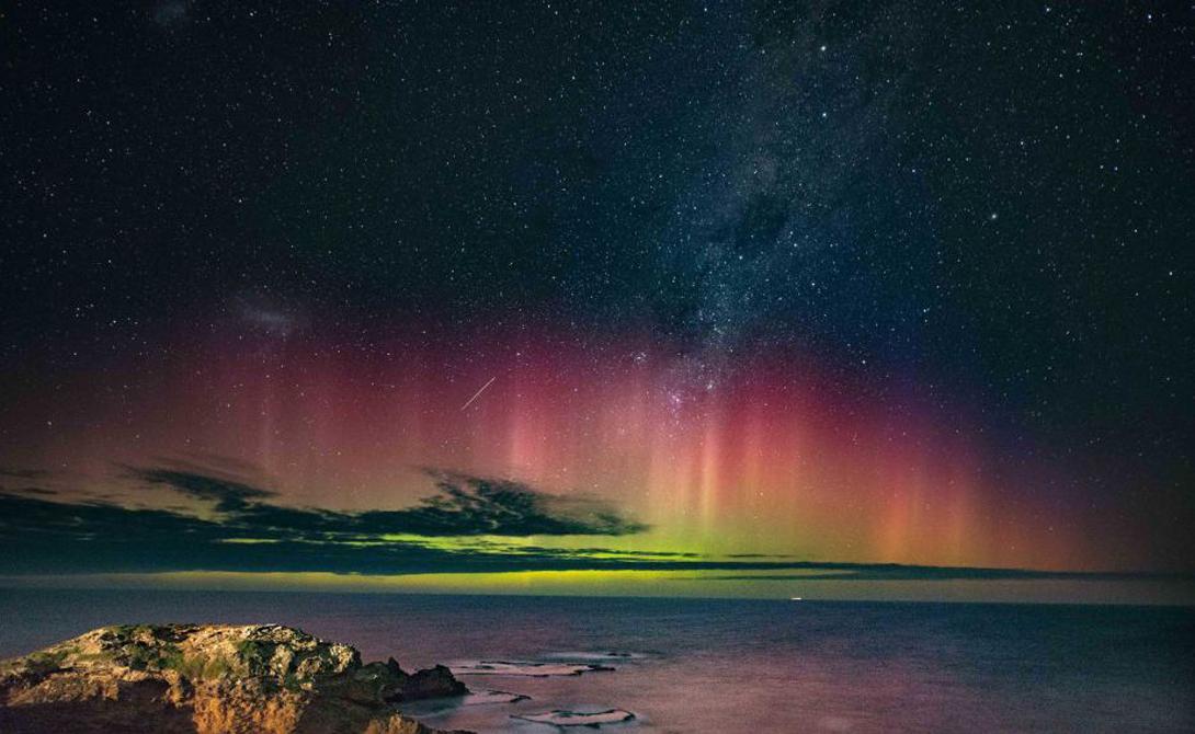 Другие планеты Что самое удивительное, полярные сияния случаются и на других планетах. Для этого должно совпасть не так много факторов: сильные магнитные поля, солнечный ветер и некое подобие атмосферы. К примеру, астрономы запечатлели полярные шоу на Венере, Марсе, Уране и Нептуне.