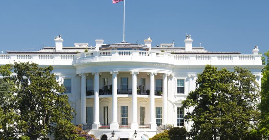 Подделки В 1792 году архитектор по имени Джеймс Хобан спроектировал и построил Белый дом. С тех пор здание стало одной из самых известных достопримечательностей всей планеты. Легко понять, почему так много людей пытаются заполучить свой собственный Белый дом. Реплики демократического оплота есть в Техасе, Вирджинии и Джорджии. В Ираке Белый дом принадлежит курдскому миллиардеру, а в Китае аналогичных зданий насчитывается более десятка.
