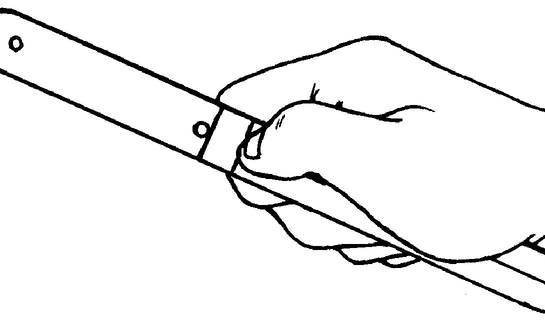 Хват Давайте предположим, что метать придется хорошо сбалансированный нож. Вы уже нашли точку, где расположен его центр тяжести. Возьмитесь за нее указательным и большим пальцами, а кончиками прочих прижмите лезвие к ладони — но не слишком сильно, чтобы не повлиять на бросок.