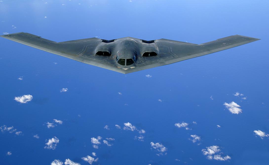 Northrop Grumman B-2 Spirit Что может быть опаснее стратегического бомбардировщика? Легендарный B-2 Spirit предназначен для прорыва плотной противовоздушной обороны и умеет «доставить посылку» на расстояние в 13 тысяч километров. Правда, стоит одна машинка целый миллиард долларов, что на порядок дороже практически всех аналогичных решений.