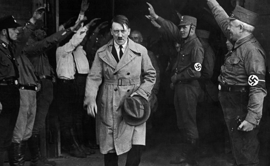 Без шансов Впрочем, шансов на получение премии у диктатора просто не было. Еще в 1935 году Нобелевскую премию мира присудили немецкому писателю-антифашисту Карлу фон Осецкому, что невероятно разозлило фюрера. В 1937 году Гитлер выпускает декрет, который запрещает гражданам рейха получать Нобелевскую премию в любой номинации — и тем самым лишает ее самого себя.