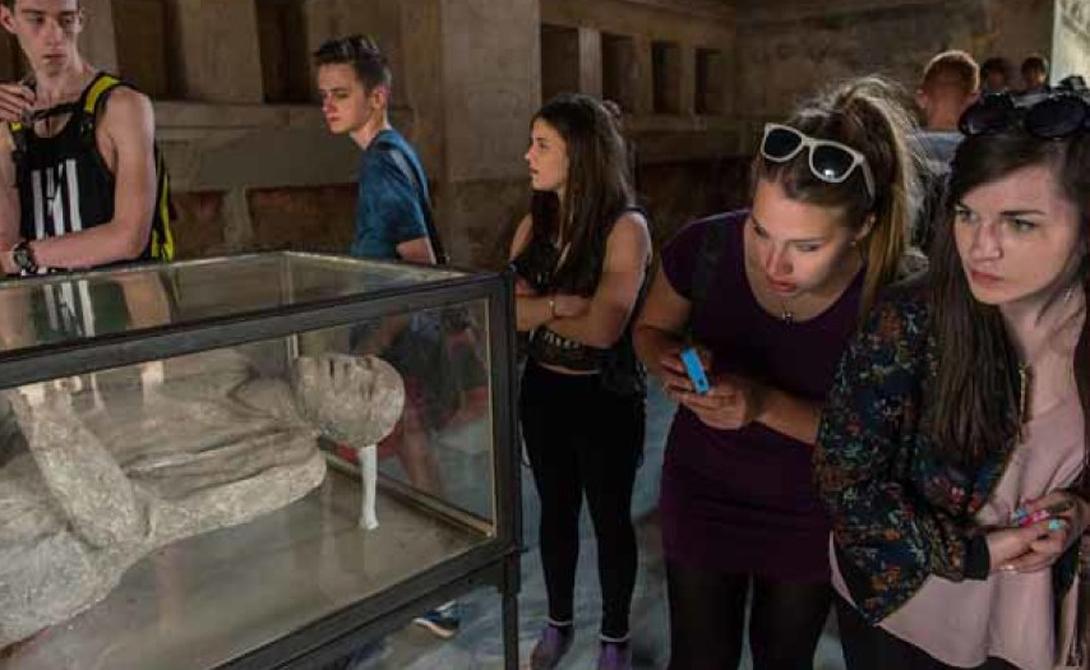 Помпеи Извержение Везувия похоронило заживо прекраснейший итальянский город. Но человечество узнало об этой трагедии тысячелетие спустя: в 1710 году простой крестьянин наткнулся на мраморные куски и продал их местному дожу. Тот приказал провести раскопки в указанном месте и нашел еще множество артефактов. В 1748 году Хоакин де Рока Алькубьерре обнаружил след, приведший его к тому, что осталось от великого города.