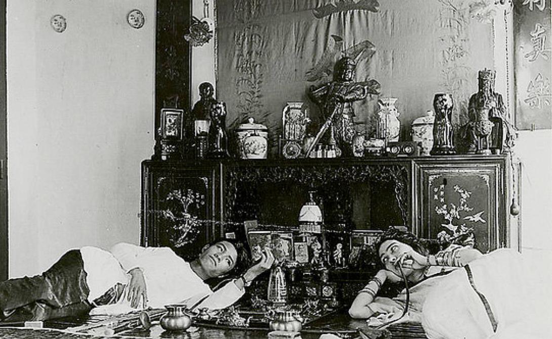 Опиум За время плавания четверо пассажиров Титаника попали в бортовой госпиталь для лечения от сильнейшей опиумной зависимости. В 1912 году опиум уже запретили к продаже во многих цивилизованных странах и перевозка зелья значительно подорожала. В трюмах Титаника обнаружены останки нескольких тонн прессованного в пластины опиума. Провозили его, естественно, нелегально.