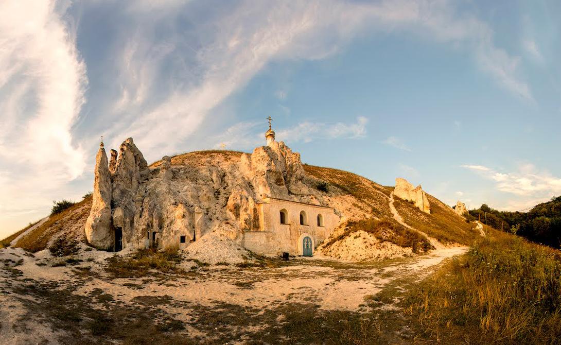 Костомаровские пещеры Уже значительно позже в середине XVII века появляются письменные свидетельства о ближайшем соседе — Дивногорском мужском монастыре. В это время Костомаровские пещеры были скитом для этого и Белогорского мужского монастыря: старцы пещер почитались местными жителями святыми угодниками.