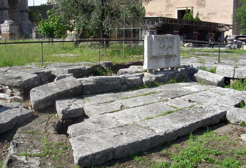 Озеро Курция Италия На самом деле, это никакое не озеро, а развалины в центре римского форума. Согласно Титу Ливию и Плутарху, на этом месте раньше была глубокая расщелина, ведущая прямиком в ад. Сюда, якобы, бросился молодой воин Марк Курций, принося себя в жертву подземным богам во имя Рима.