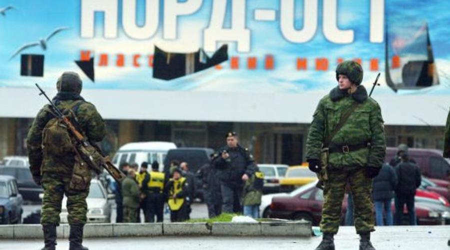 Норд-Ост Спецподразделения «Альфа» и «Вымпел» Дата: с 23 по 26 октября 2002 годаПотери: 130 заложников погибло, более 700 раненоПотери террористов: 40 В 2002 году 40 чеченских сепаратистов захватили здание ДК «Московский подшипник», расположенное на Дубровке, недалеко от центра Москвы — здесь проходил мюзикл «Норд-Ост», собравший огромное количество зрителей. Несколько дней террористы удерживали 916 заложников, угрожая подорвать все здание при малейших признаках атаки властей. В пять утра, 26 октября штурм все-таки начался. Через вентиляцию осаждающие закачали в здание усыпляющий газ нового образца, еще не проверенный в боевых условиях. Большинство заложников были спасены, но 130 мирных жителей погибли от удушья.
