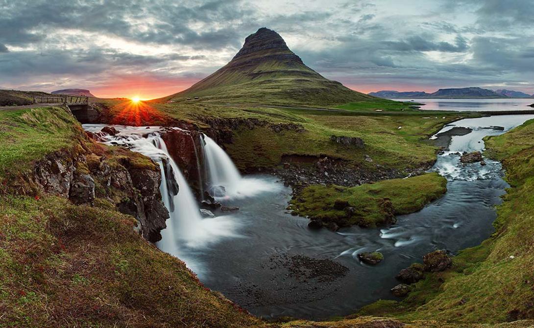 Исландия Вот уже шестой год подряд первое место по индексу безопасности страны занимает Исландия. Скандинавы не имеют приграничных споров (это, в конце концов, остров), почти не сталкиваются с убийствами, а о террористических актах читают только в интернете.