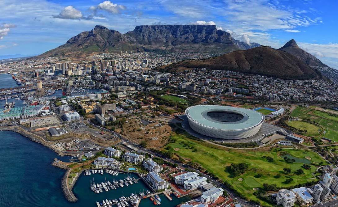 Кейптаун Если Третья мировая война когда-нибудь начнется, то выжившим не придется искать виновников слишком уж долго. Тяжелое противостояние России и США в крайней (смертельно опасной) форме будет означать почти гарантированный конец для всей Европы. Зато тем, кто живет на «окраинах», повезет больше. Кейптаун, к примеру, по-прежнему остается прекрасным, экономически процветающим городом, свободным от всякого влияния запада.