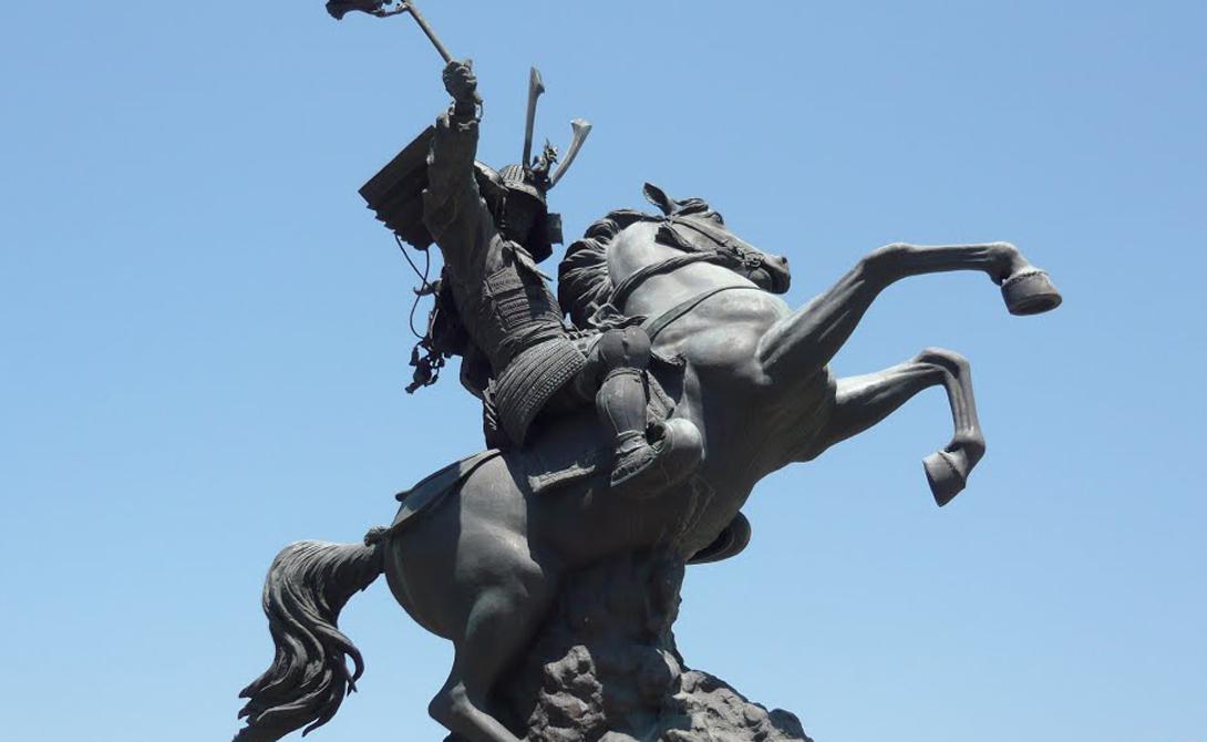 Шимазу Йошихиса Один из самых известных полевых командиров периода Сэнгоку, Шимазу Йошихиса был родом из провинции Сацума. Шимазу стремился объединить Кюсю и одержал множество побед. Клан генерала правил большей частью острова в течение долгих лет, но в конце концов потерпел поражение от Тоётоми Хидэёси. Сам Шимазу Йошихиса стал буддийским монахом и умер в монастыре.