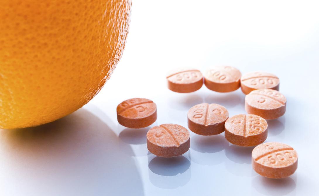 Витамин С Рекомендуемая доза витамина С составляет всего 75 мг в день. Согласно исследованию, проведенному в Университете Хельсинки, приемы больших доз этого витамина во время простуды не помогают ее излечению.