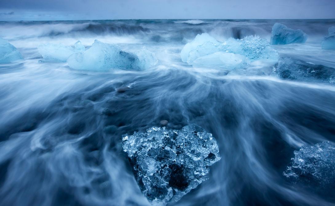 Изменение климата По крайней мере, так было раньше. Сегодня глобальное потепление заставляет Америку и Канаду усиливать свое военное представительство в северных регионах. Чем теплее становится климат, тем дольше длится судоходный сезон и тем полезнее становится Северо-Западный проход для России. Ученые утверждают, что через 10-15 лет по этому пути смогут проходить корабли, у которых вообще нет армированного корпуса.