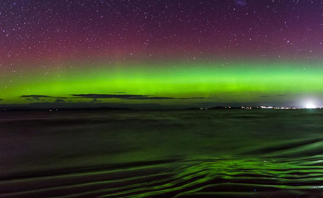 Схожие условия Южные огни возникают, когда электрически заряженные частицы от солнечного ветра входят в атмосферу Земли и начинают взаимодействовать с газами. Как и северное сияние, Aurora Australis предлагает зрителям фантасмагорическое световое шоу в ночном небе.