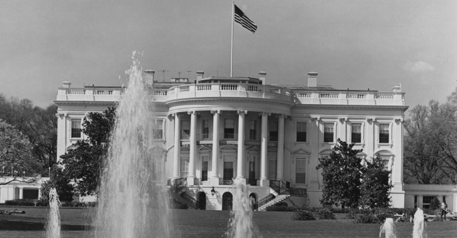 Развалина К 1945 году Белый Дом, не получавший должного ухода, стал просто разваливаться. Как-то раз, на семью Гарри Трумэна упала люстра, а сам президент чуть не утонул в покосившейся ванне. Инспекторы пришли к выводу, что перестройка Белого Дома будет по стоимости сравнима с возведением нового здания. Но Трумэн, приверженец старых традиций, приказал все же реставрировать особняк.