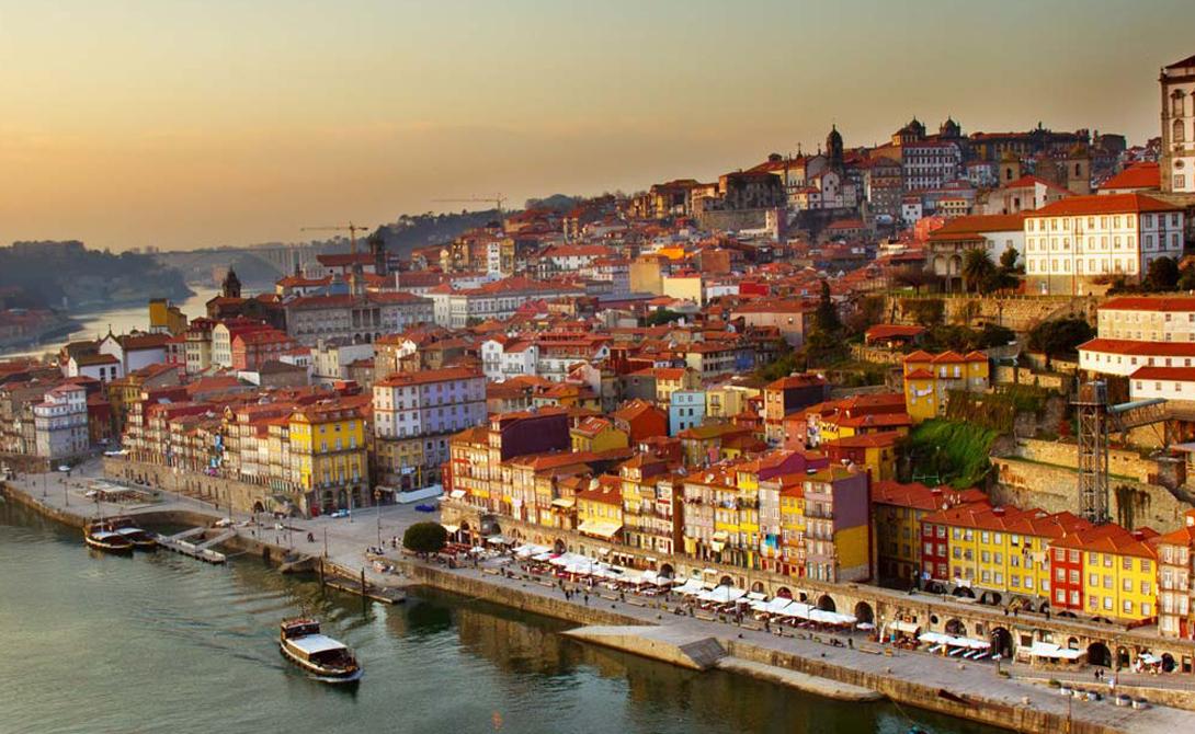 Португалия Чуть ранее в этом году путеводитель Condé Nast Traveler назвал Лиссабон самым недооцененным городом Европы. Сюда действительно добираются немногие туристы и совершенно зря: красота Португалии в сочетании с безопасностью тихих улиц Лиссабона делает это местечко прекрасным выбором.