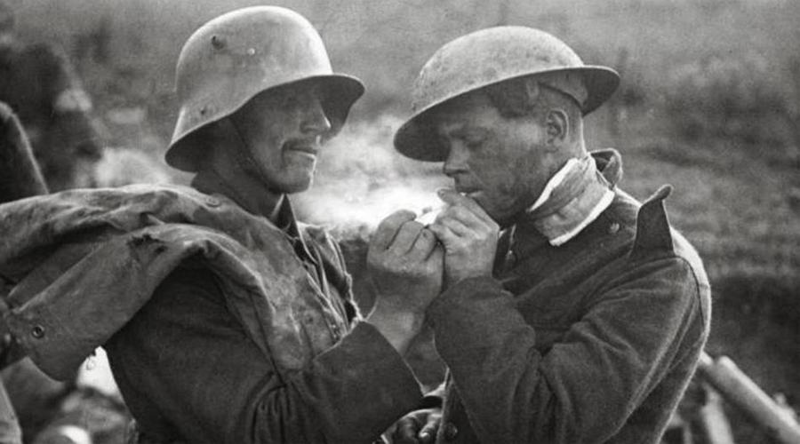 Первая мировая война Табак и морфин Правительства многих стран недооценивали опасность морфина. В течение Первой мировой войны это средство применялось очень часто: для успокоения раненых и просто для снятия напряжения. Кроме того, солдатам предоставлялись ежедневные сигаретные пайки, что должно было снизить нервное напряжение в окопах. В результате после войны правительствам пришлось столкнуться с огромным количеством наркоманов, вернувшихся с полей битвы.