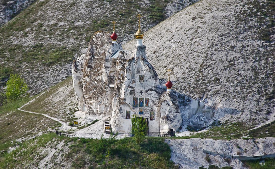 Реабилитация Только в 1997 году монастырь вновь вернулся Церкви. Сейчас здесь ведется активное восстановление разрушенных построек. Летом службы проводятся в пещерном Спасском храме, зимой прихожане собираются в наземном храме Пресвятой Богородицы.